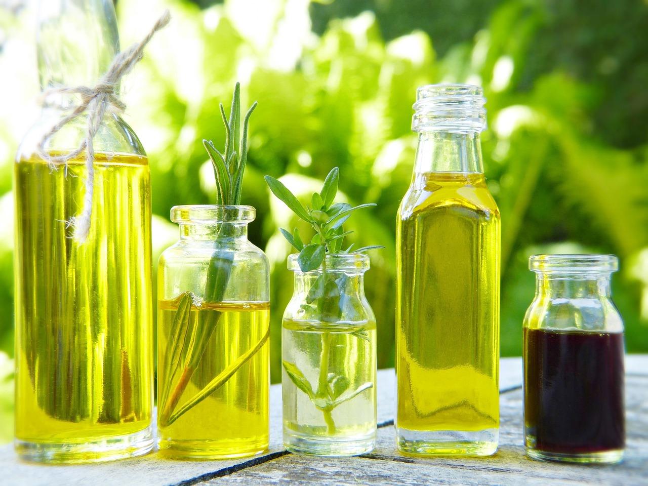 様々な食用油のボトル