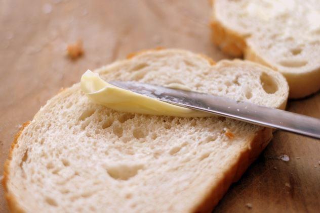 バターをパンに塗る