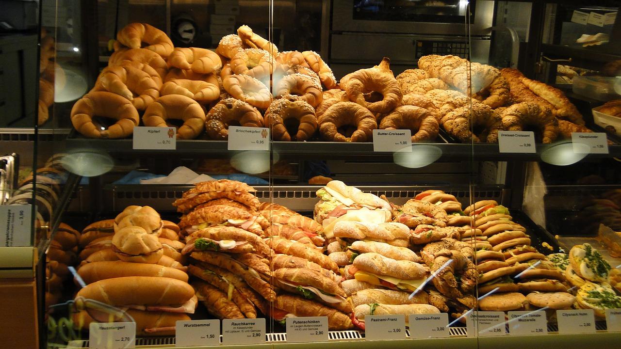 綺麗に並べられた様々なパン