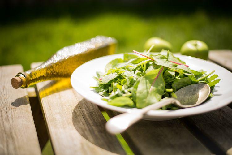 オリーブオイルと新鮮なグリーンサラダ