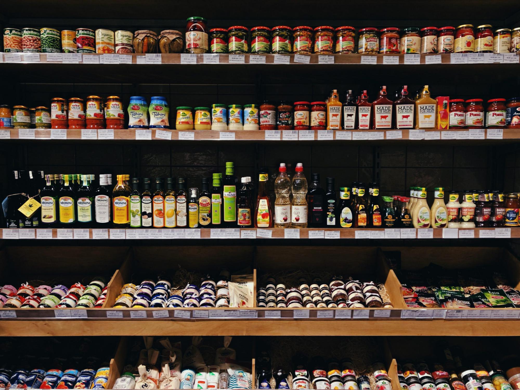 商品棚に陳列された様々な食品