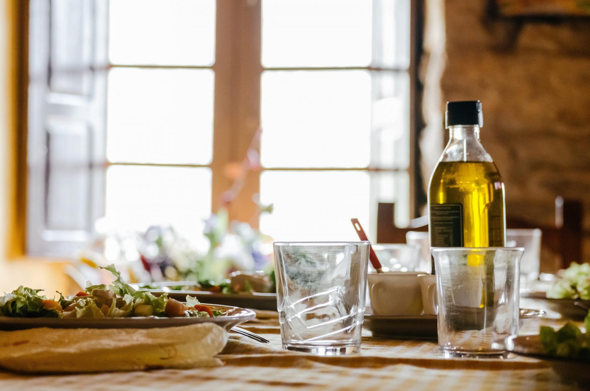 オリーブオイルと2つ並んだグラス