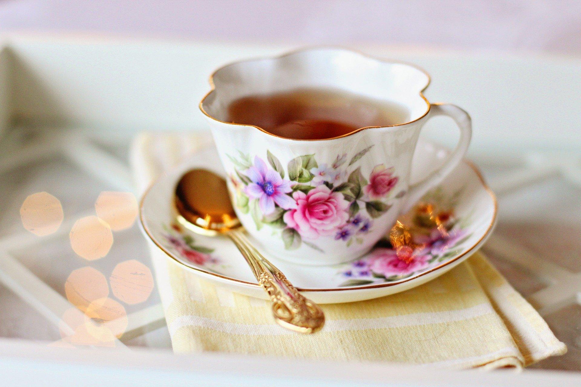 ティーカップに注がれた紅茶とソーサー