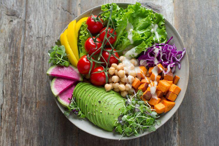 お皿の上に乗っている色とりどりの野菜