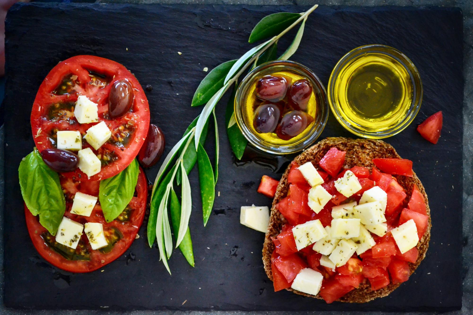 トマトとチーズとオリーブの盛り合わせ