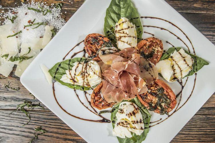 白いお皿に盛られたフレンチ風サラダ