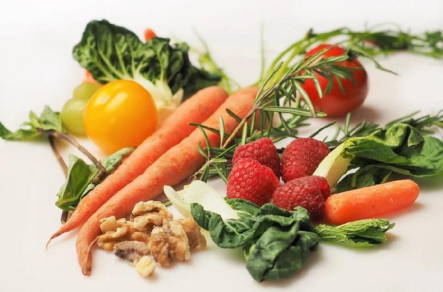 野菜と果物とくるみ