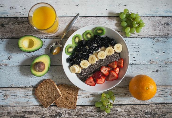 ジュースとアボカドとパンと果物