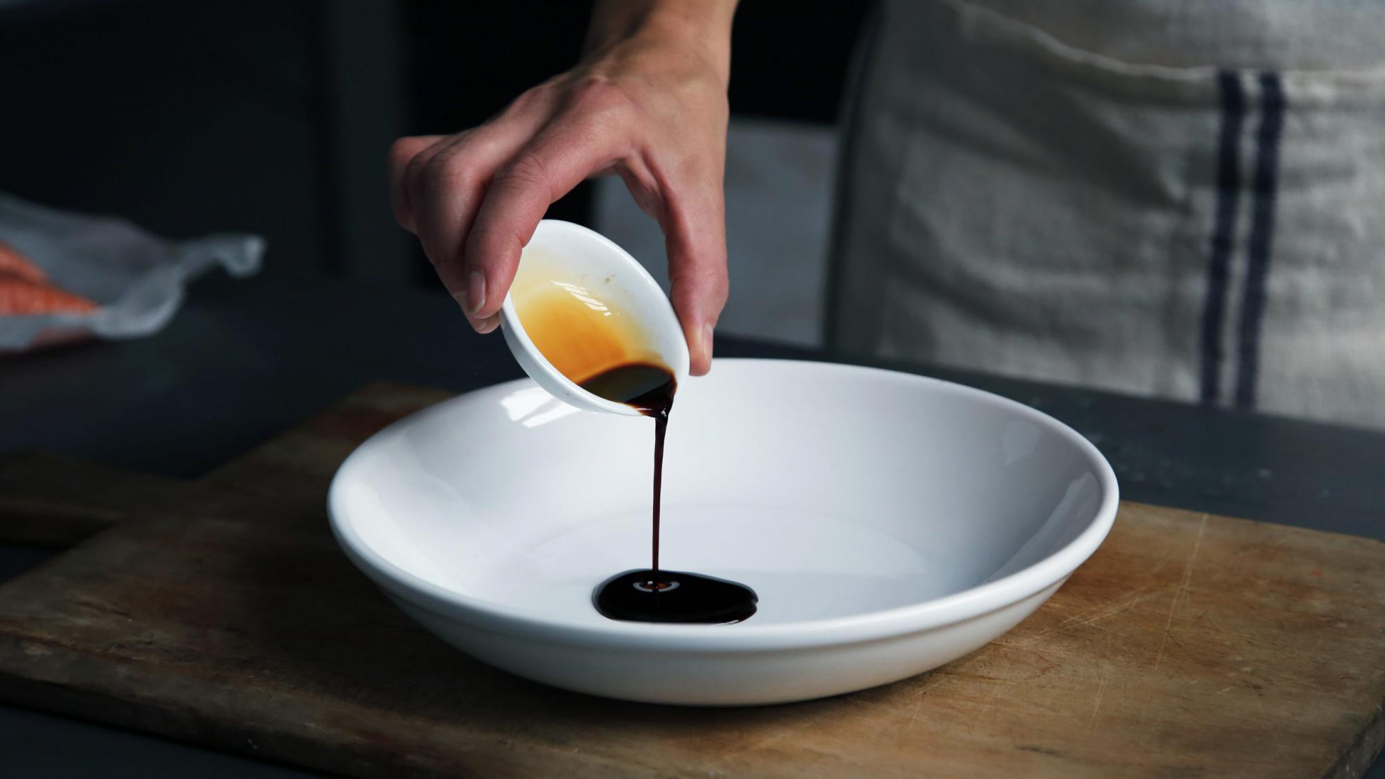白い皿に注がれるソース