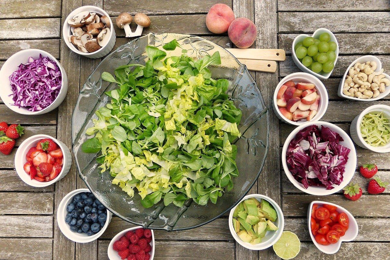 新鮮なグリーンサラダとカットされた野菜