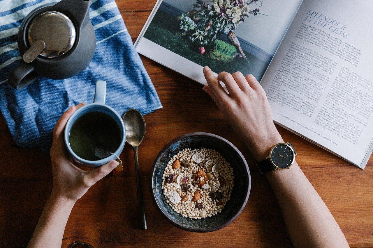 読書をしながら穀物を楽しむ女性