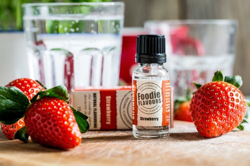 イチゴと小瓶に入ったサプリメント