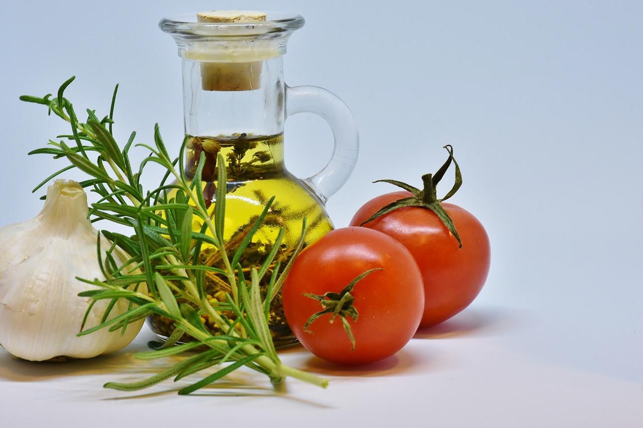 食用油とハーブ、野菜