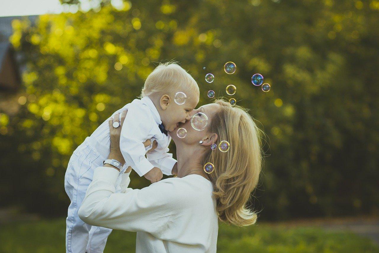 親子の横を飛ぶシャボン玉