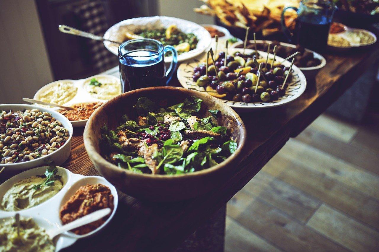 木の皿によそわれた野菜