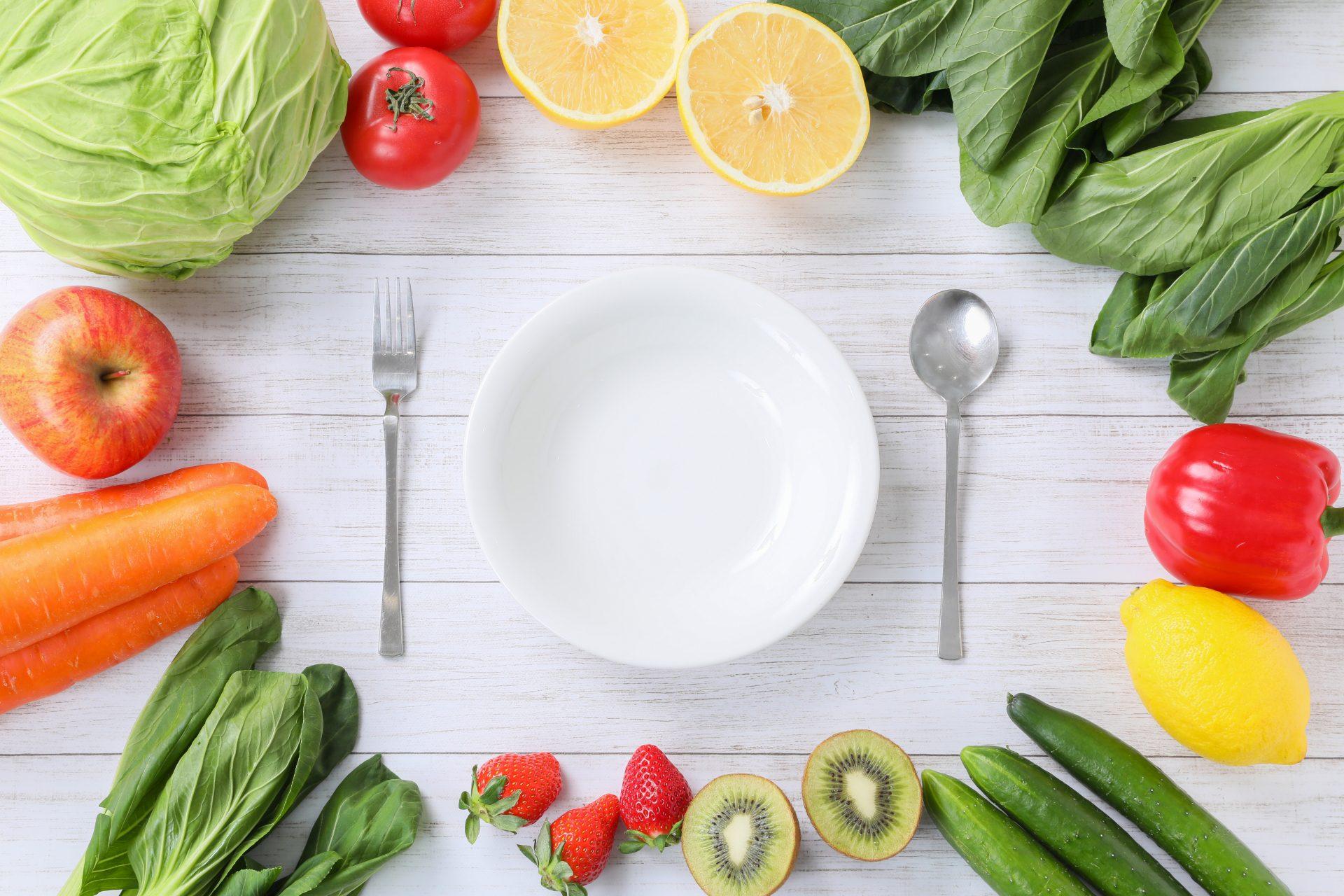 皿とフォークとスプーンと野菜