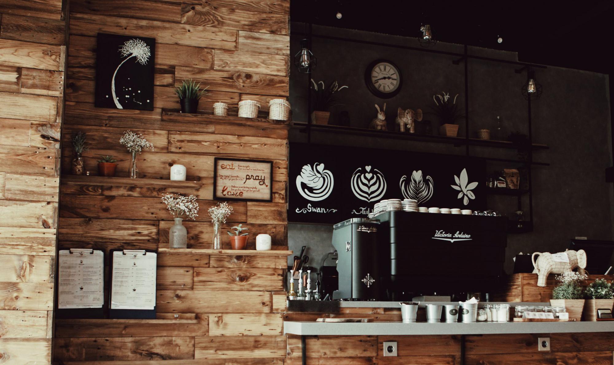 シックな雰囲気のカフェ