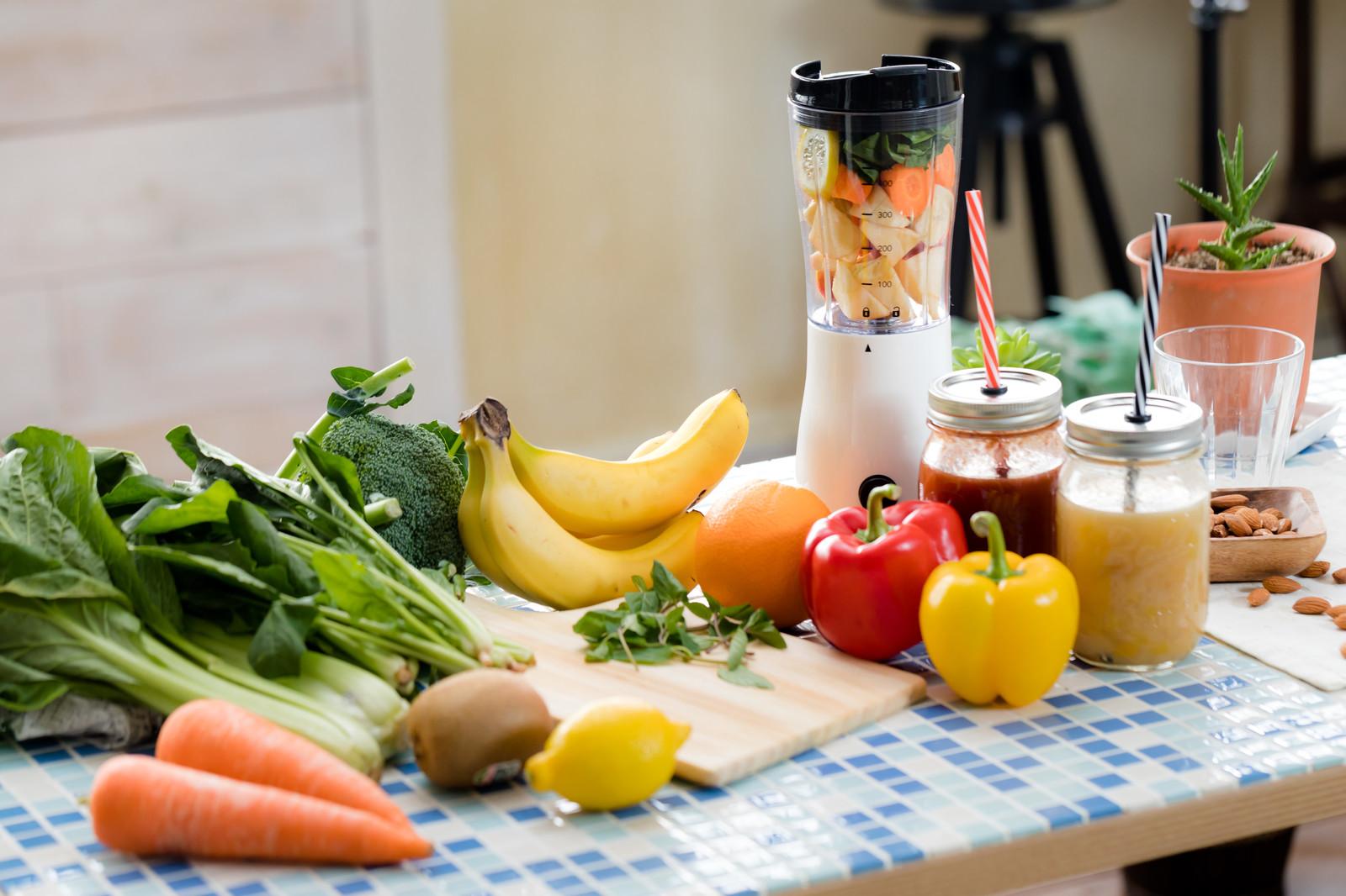 様々な野菜と果物を使ったジュースを作る