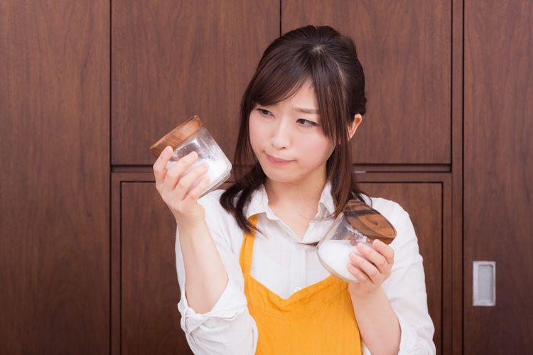 調味料を吟味する若い女性
