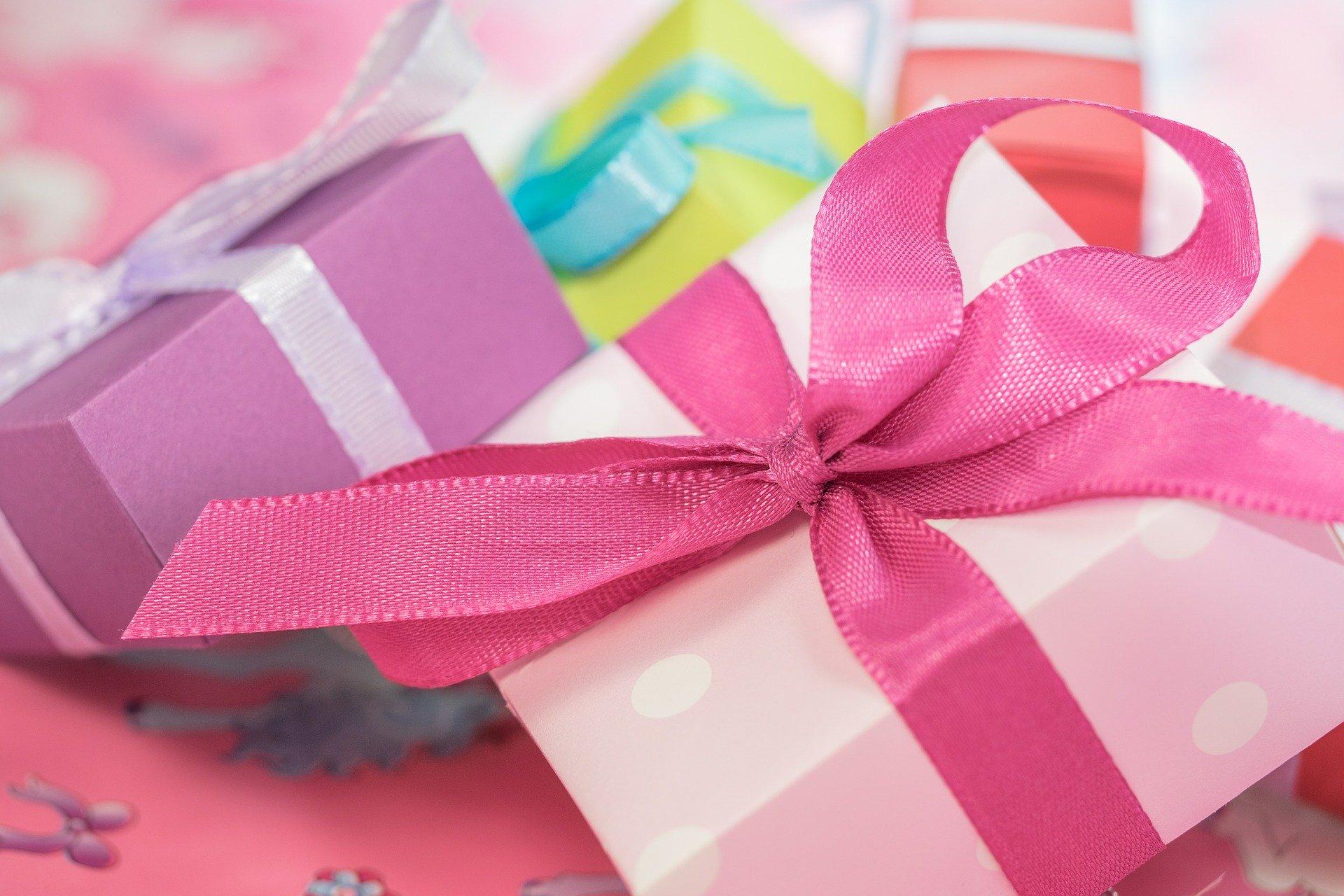 可愛いリボンと箱に包まれたプレゼント