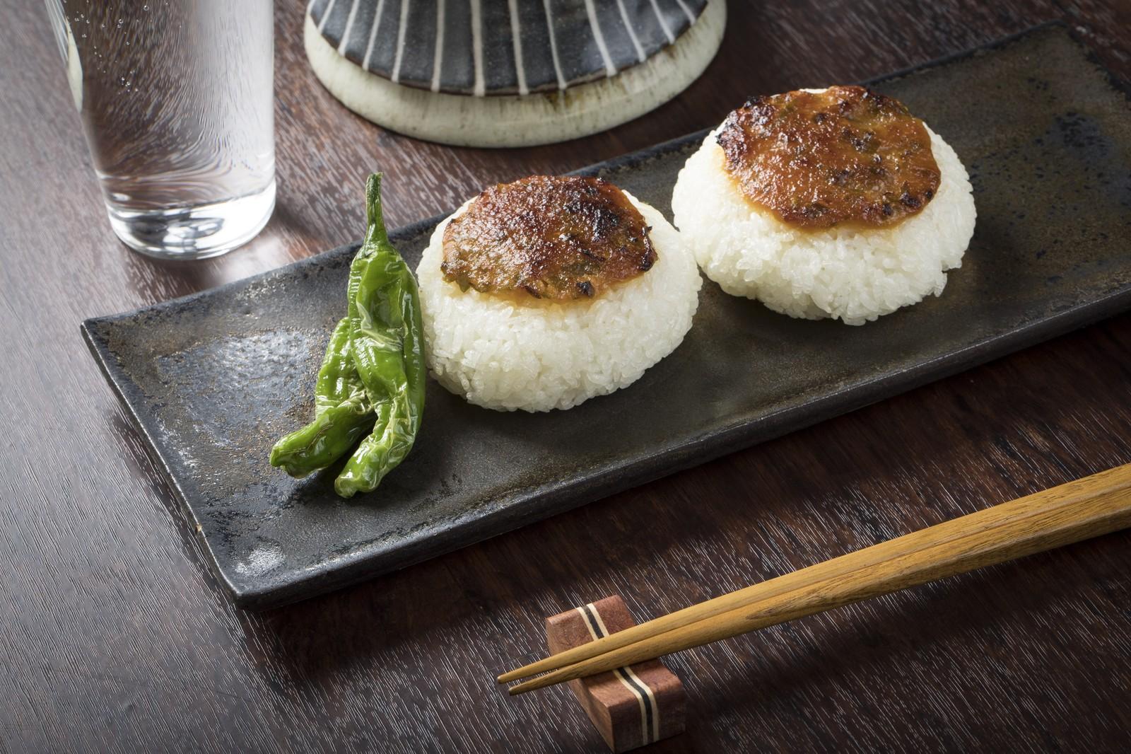 味噌をつけた米と緑の野菜