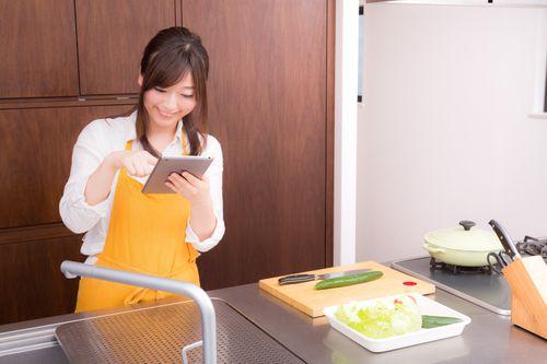 料理教室で勉強する20代の女性