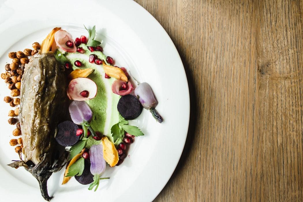 お皿に飾られた野菜と花