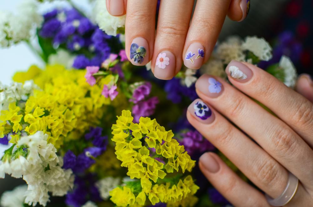 鮮やかな花と華柄のネイルデザイン