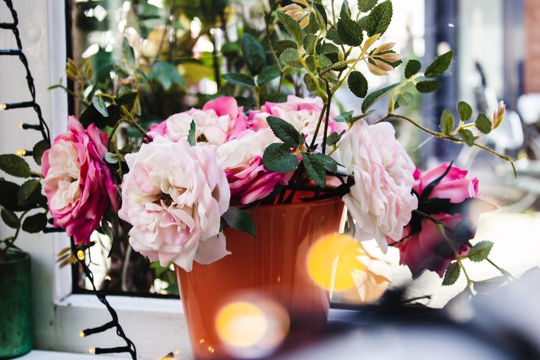 白とピンクの花がいけられた花瓶