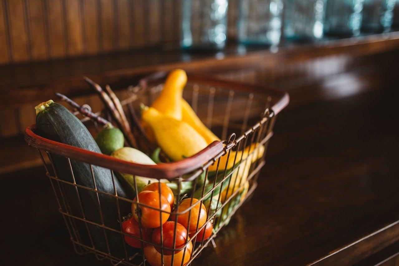 かごの中に入れられた果実