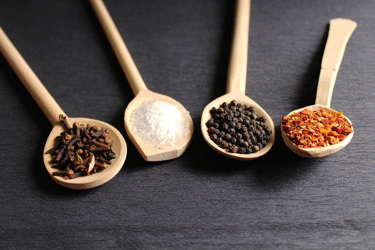 木製のスプーンに入った調味料