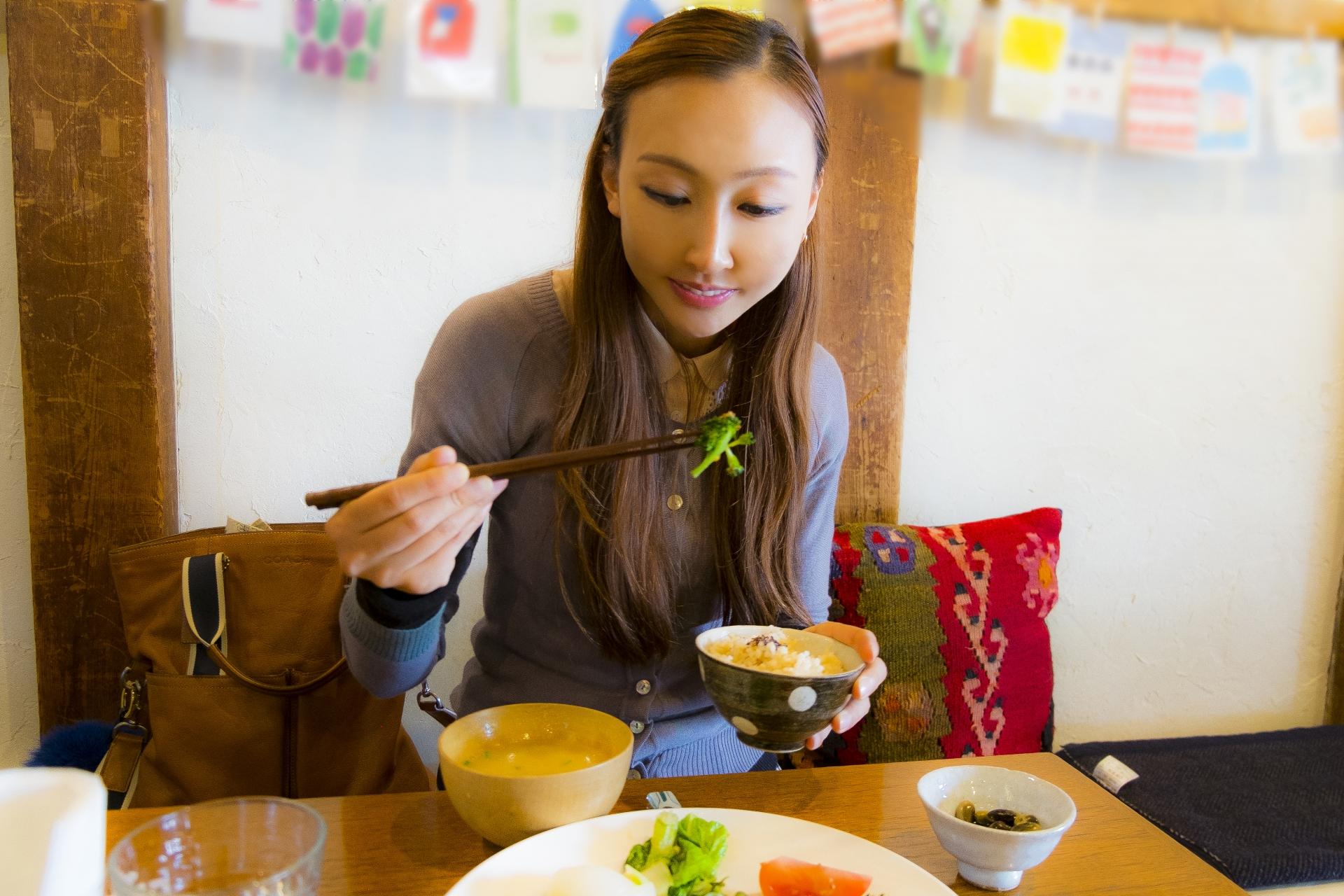 健康的な食事を楽しむ女性