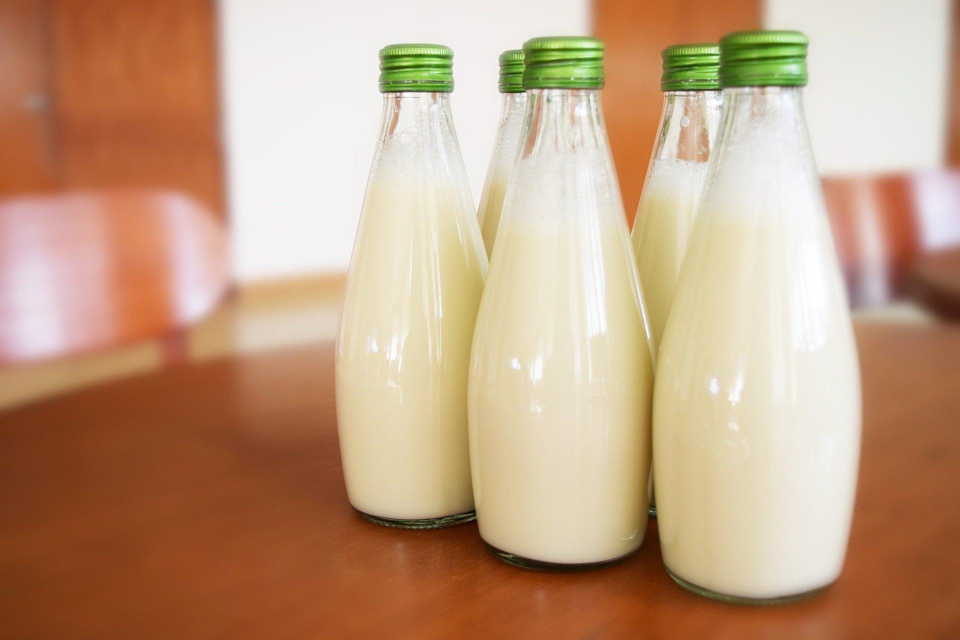 牛乳が入った瓶
