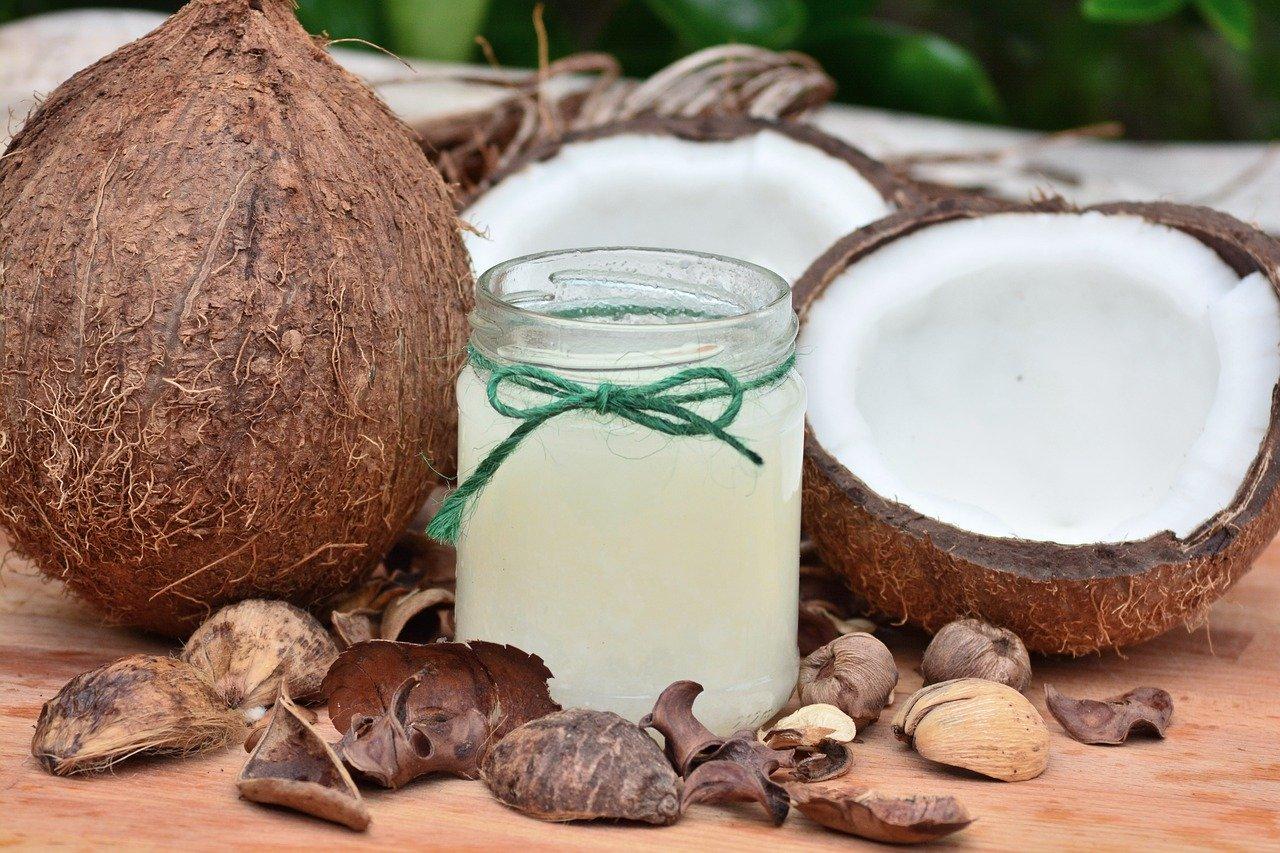 瓶に入ったココナッツオイル