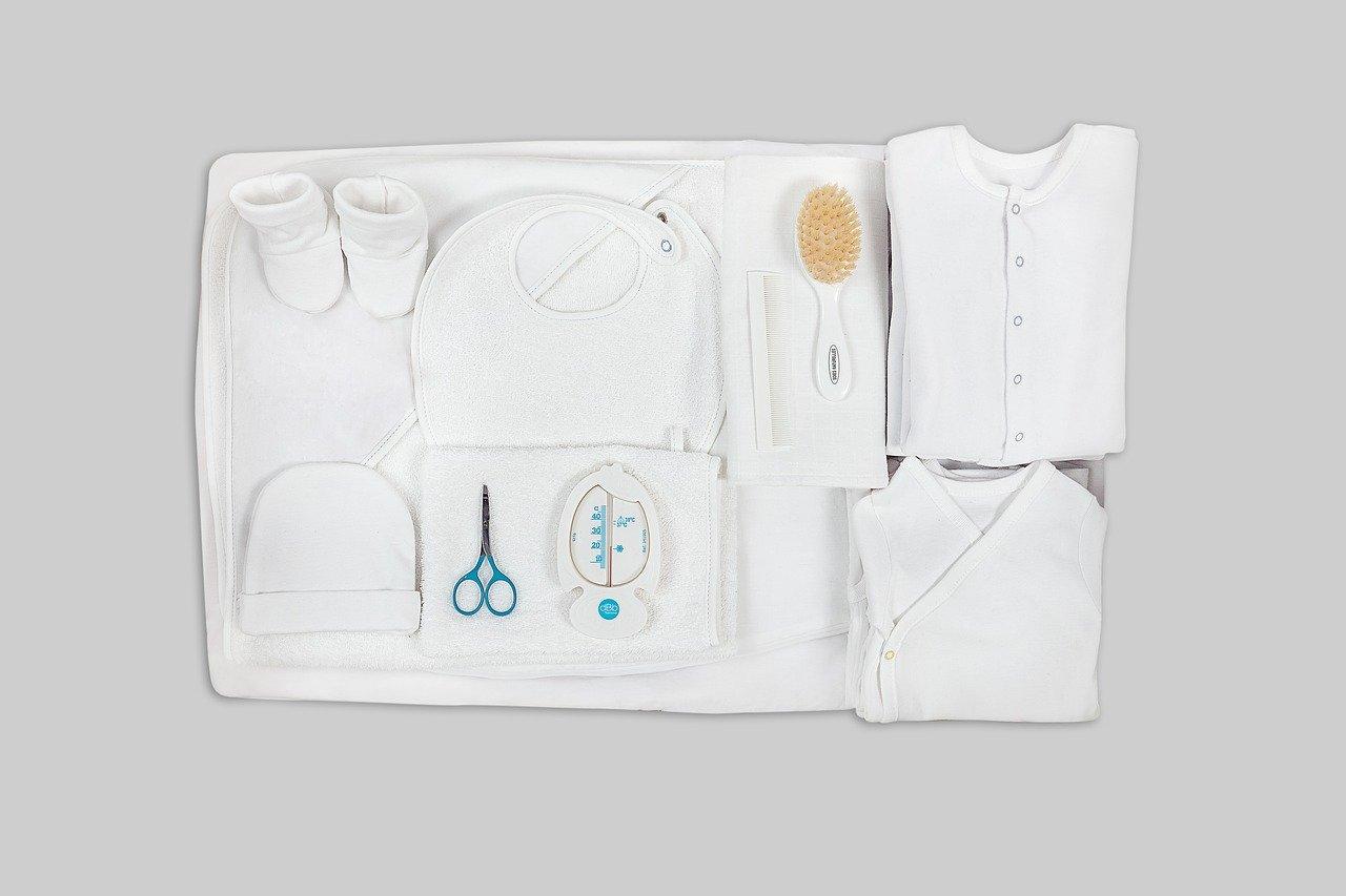 白衣やハサミ等の清潔な道具