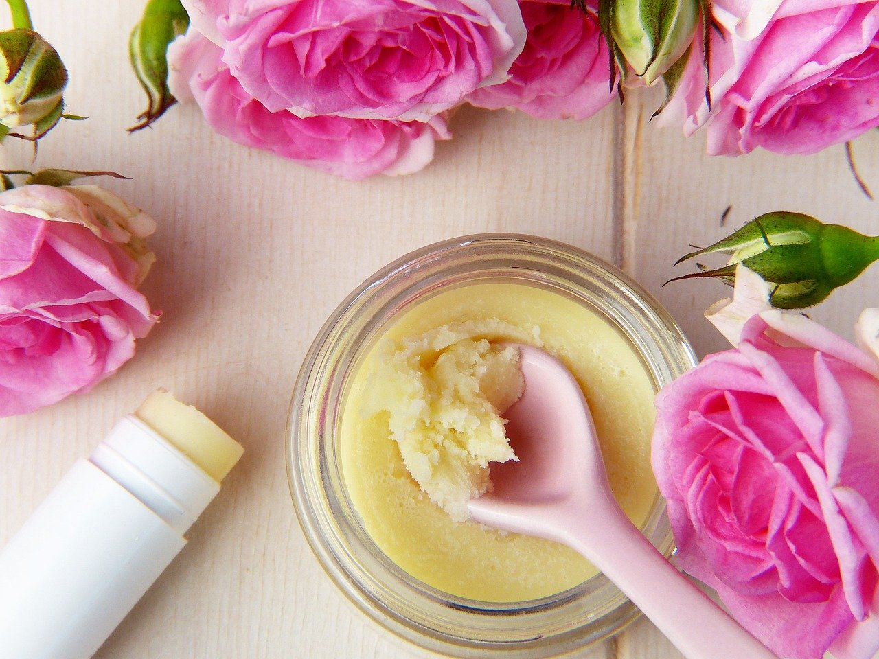 オーガニックなオイルとピンクのバラ