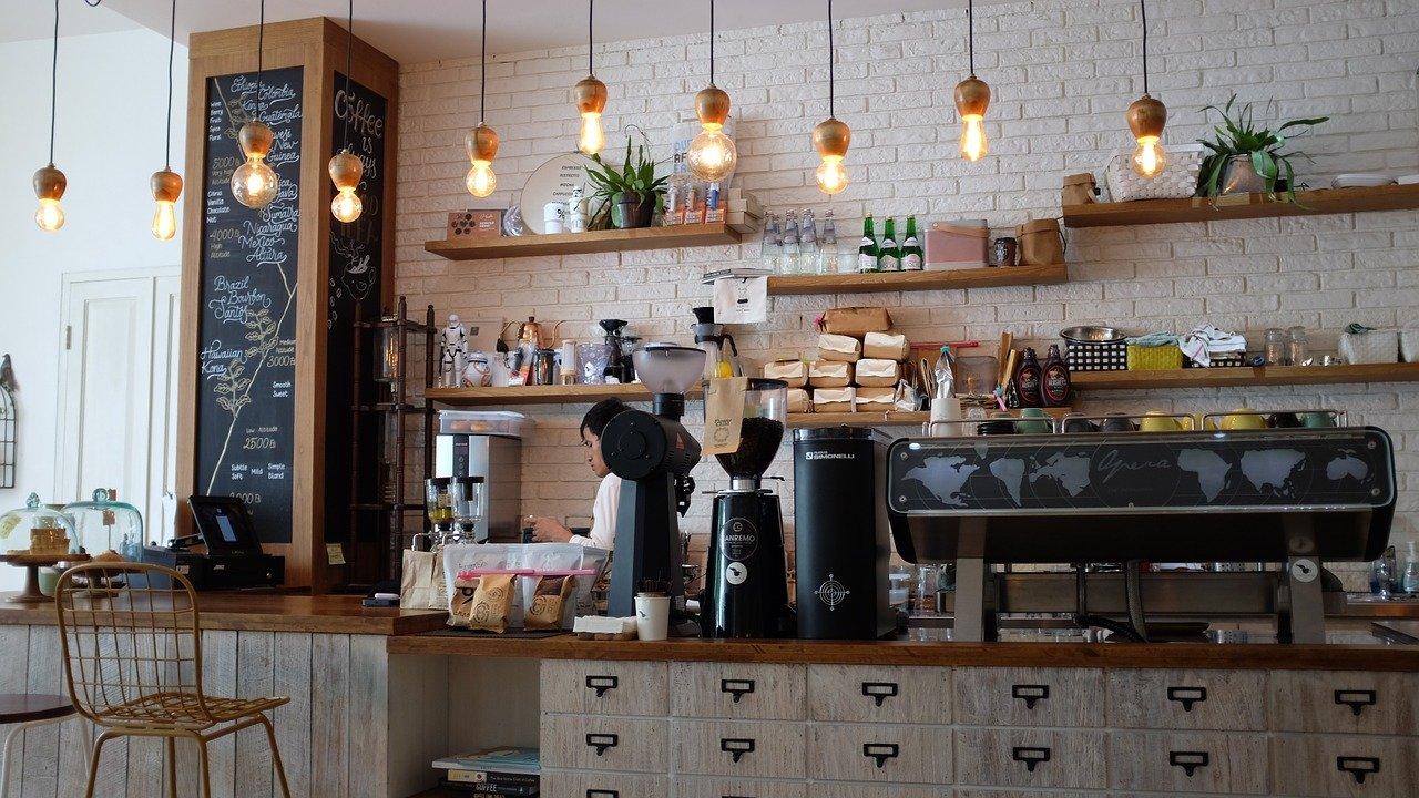 カフェで仕事をする男性の写真