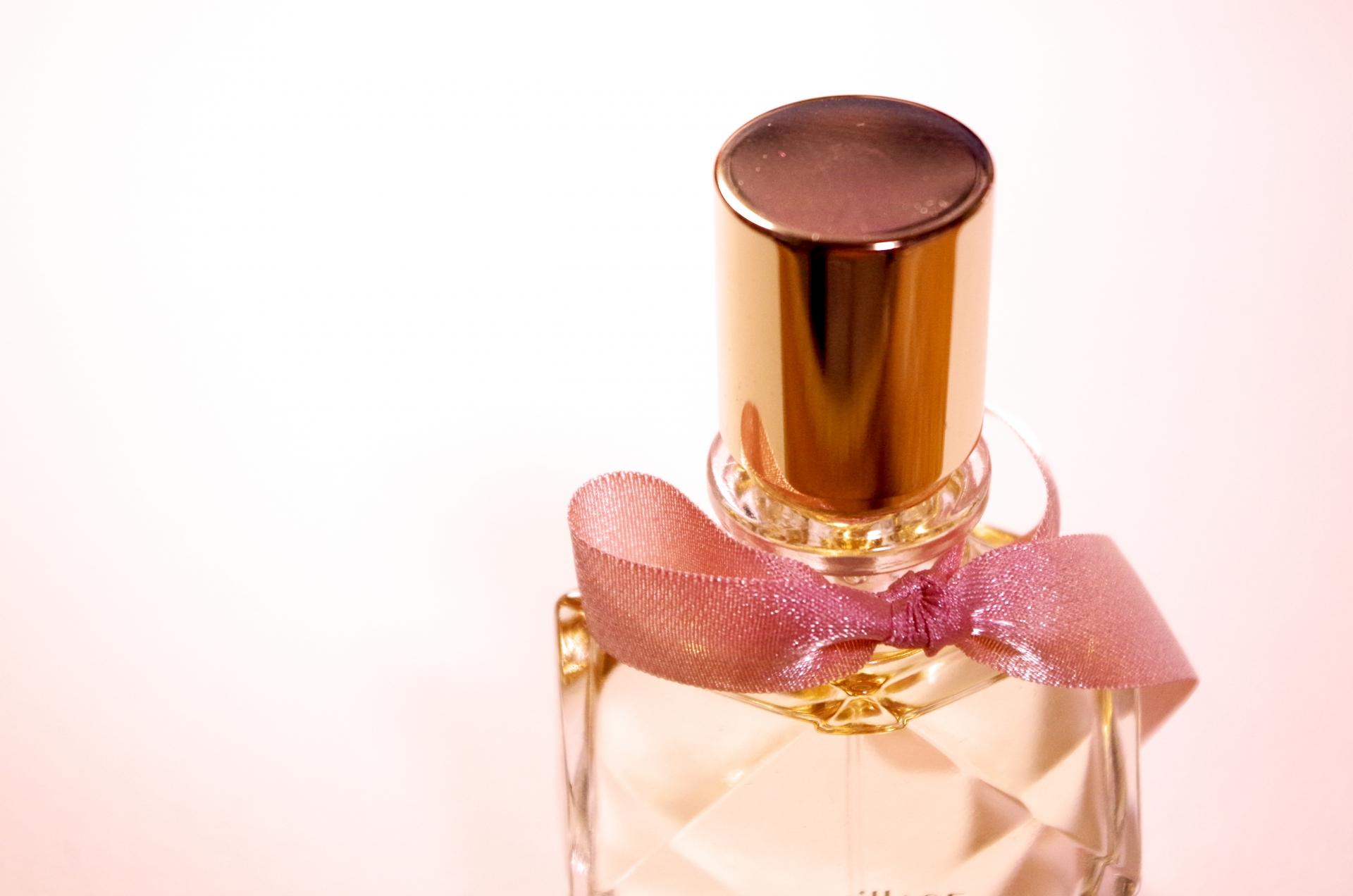 オシャレな小瓶に入った香水