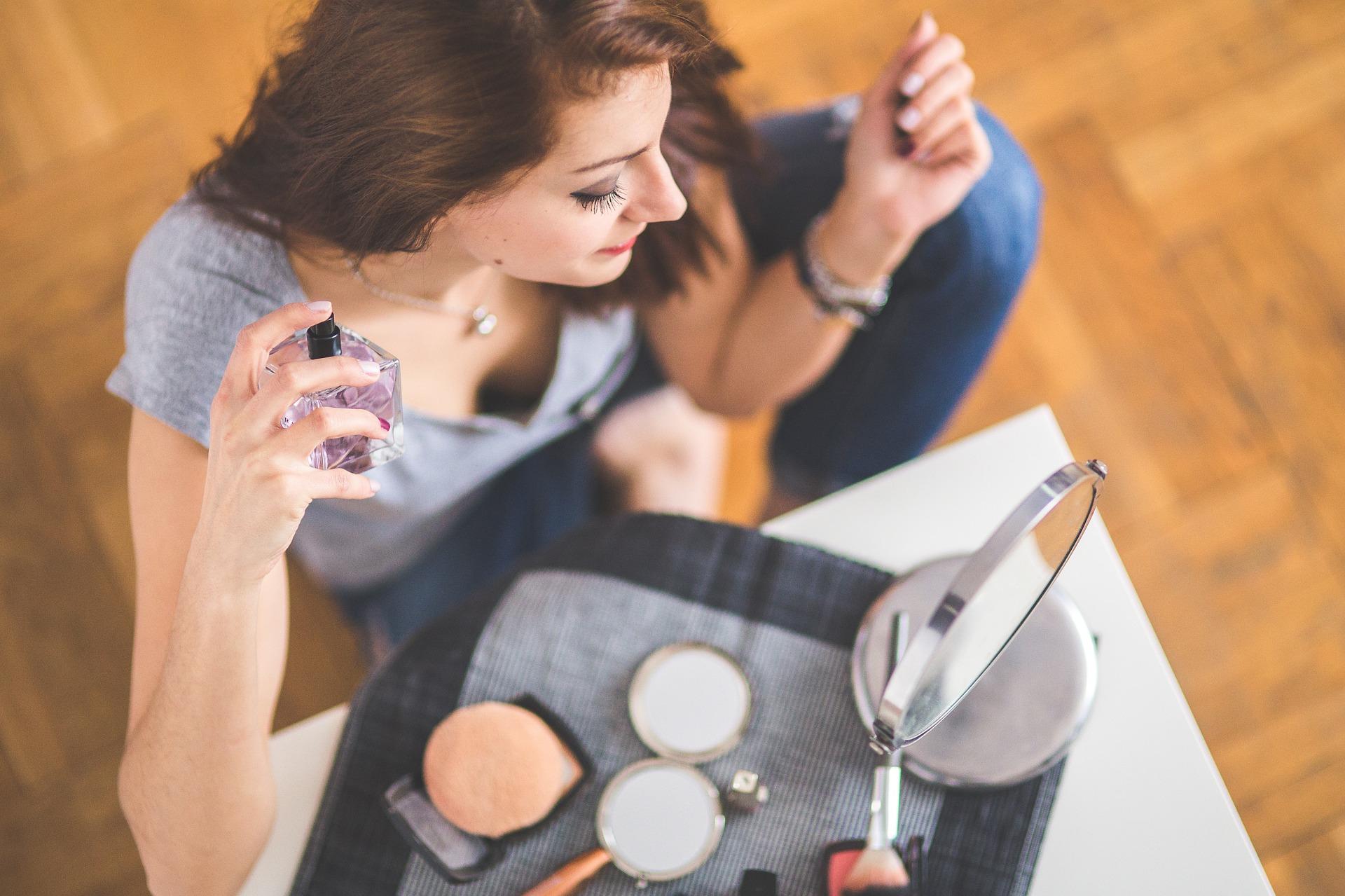 化粧と香水を楽しむ女性