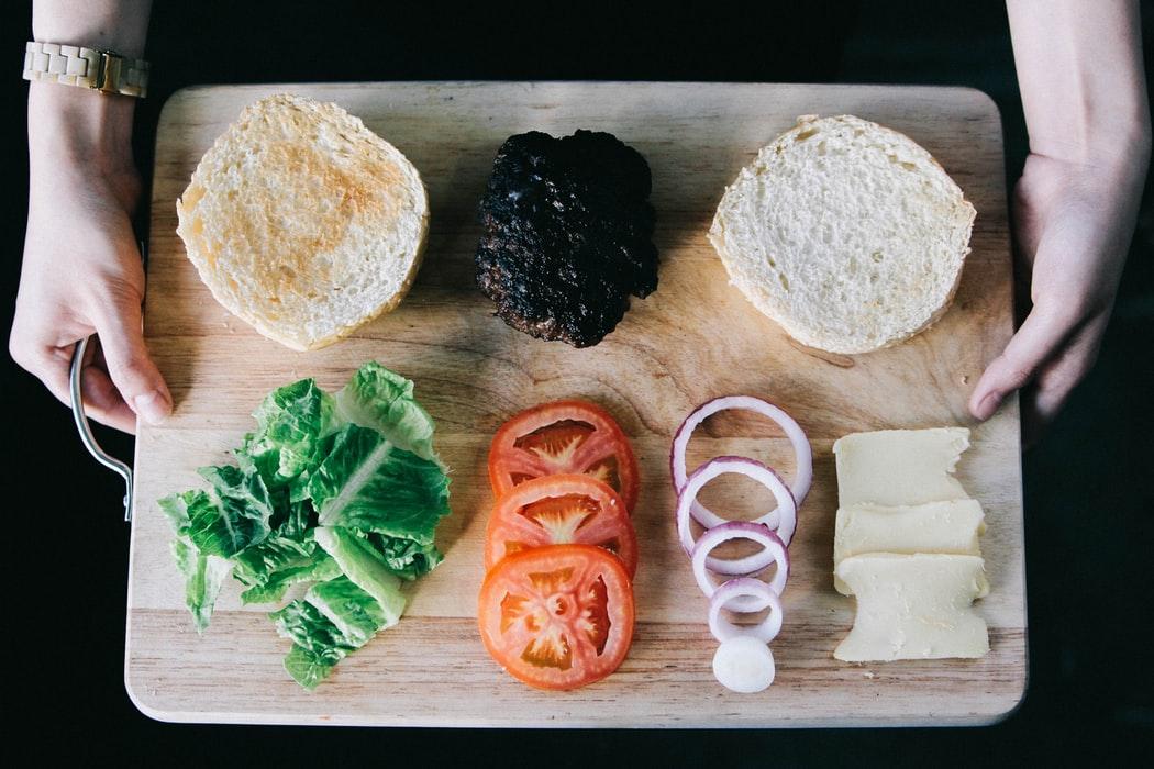 色とりどりの野菜とパン