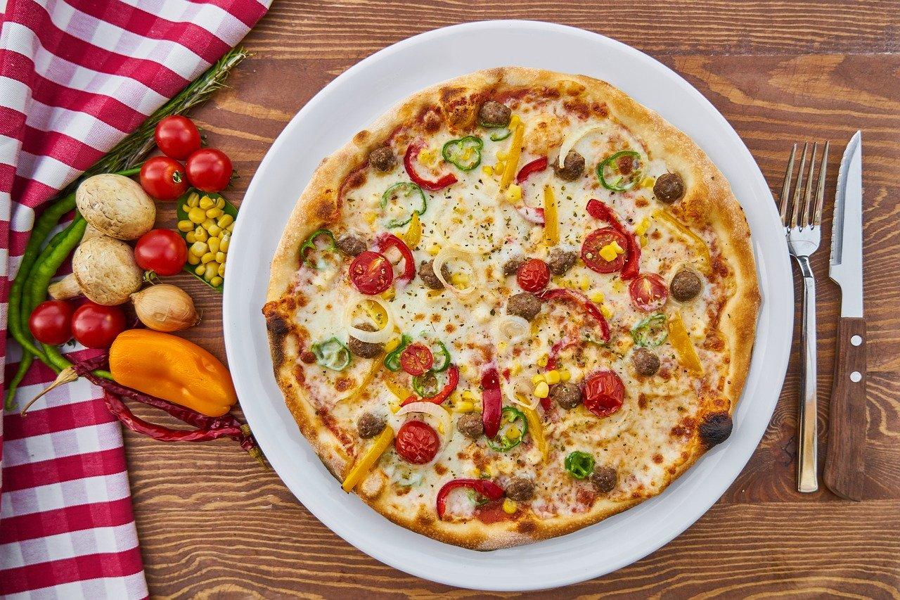 ピザと野菜とフォーク