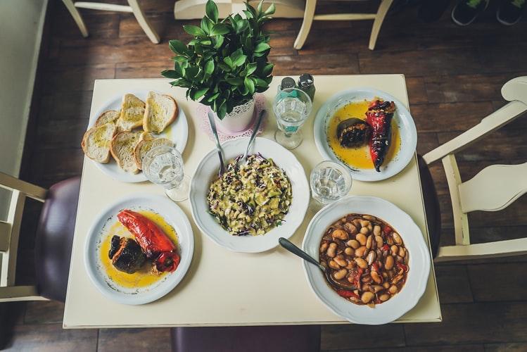 食卓に並ぶ料理