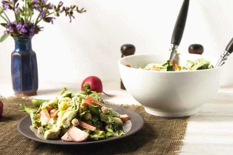 茶色のお皿に盛られたサラダ