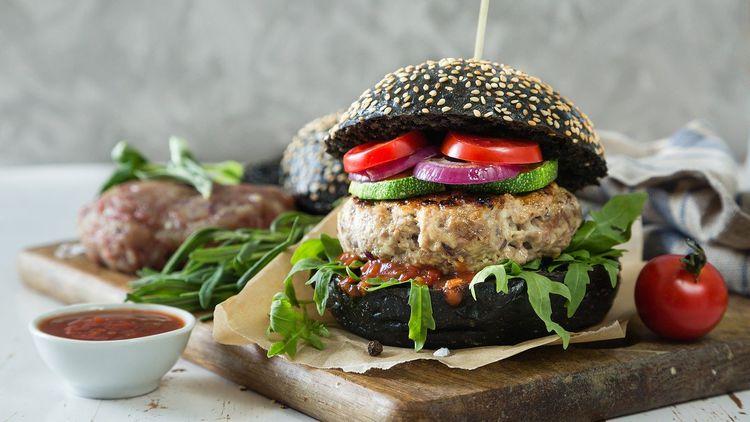 黒いバンズのハンバーガー