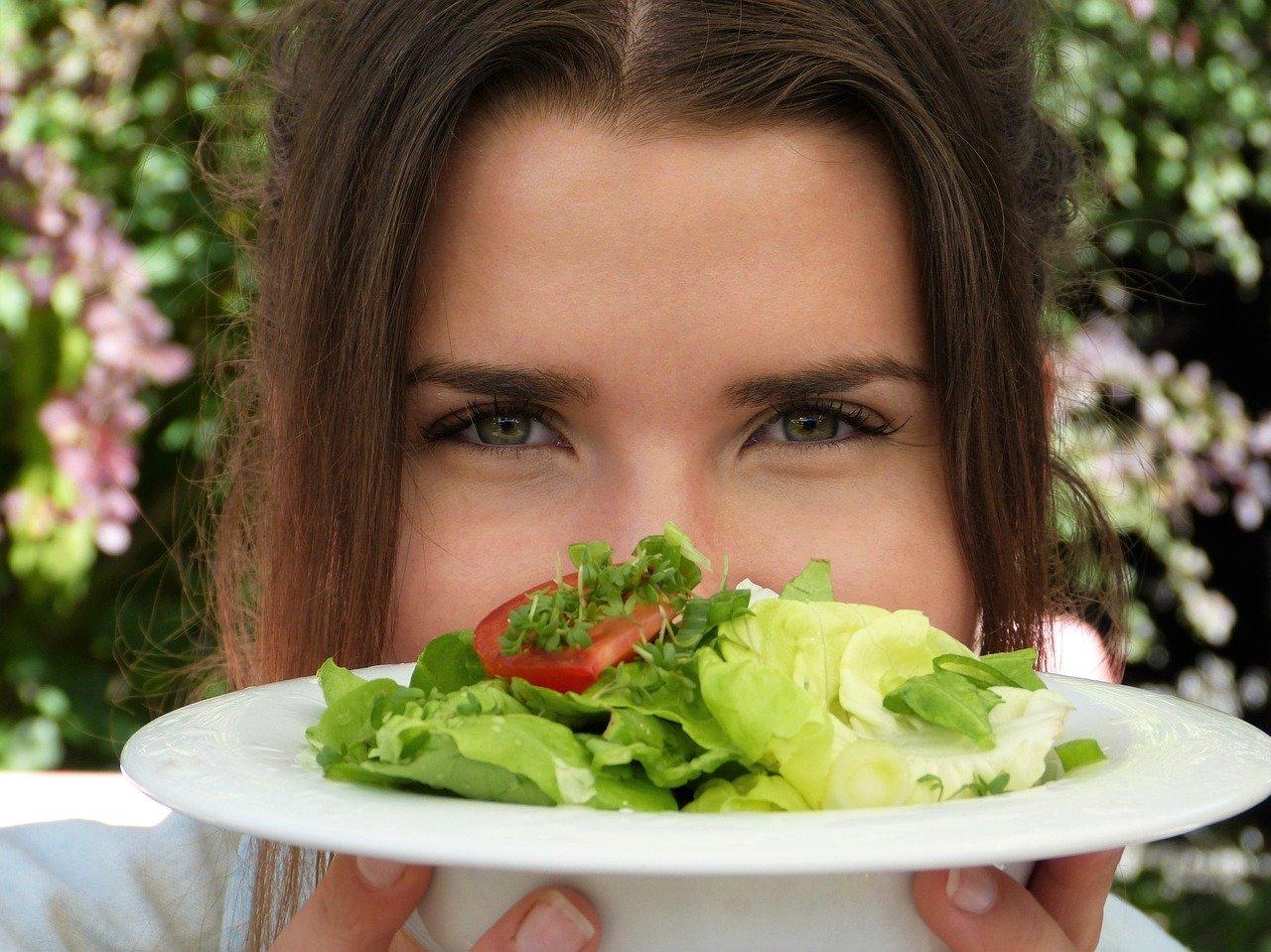 サラダを見つける女性