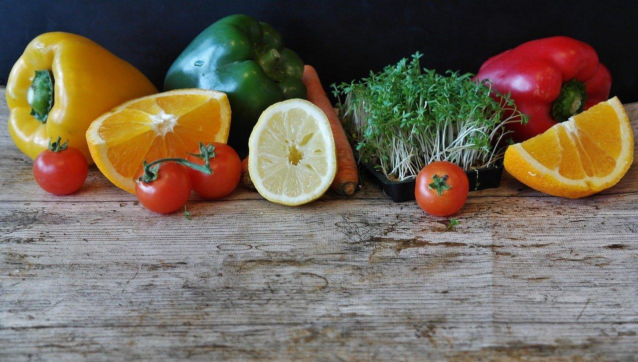 まな板の上にのせられた野菜