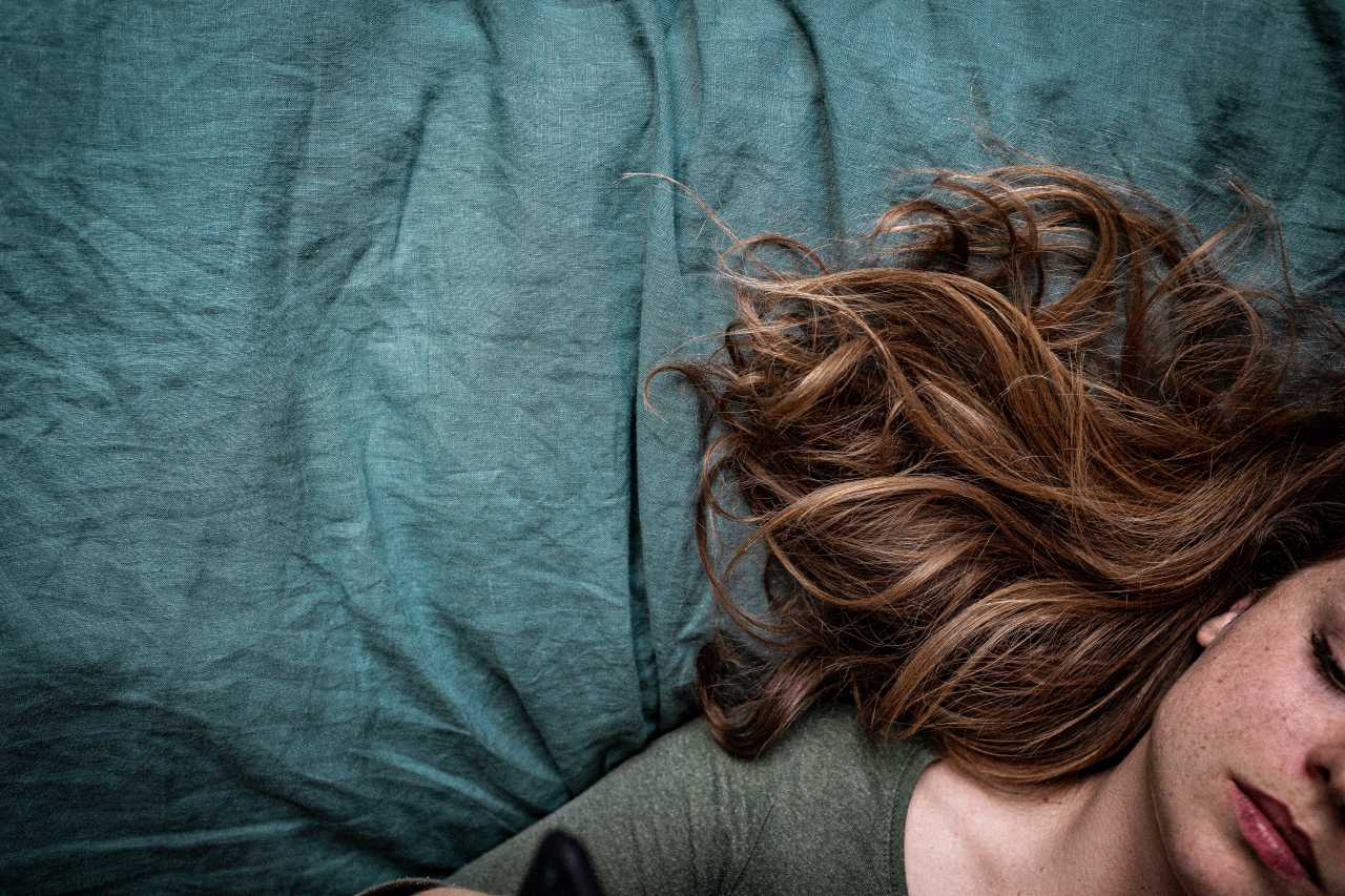 ベットに横たわる女性