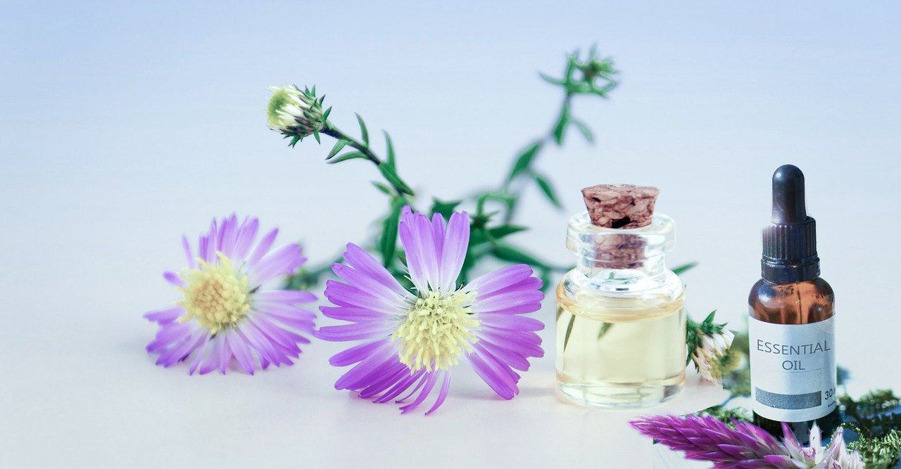 綺麗な花とエッセンシャルオイル