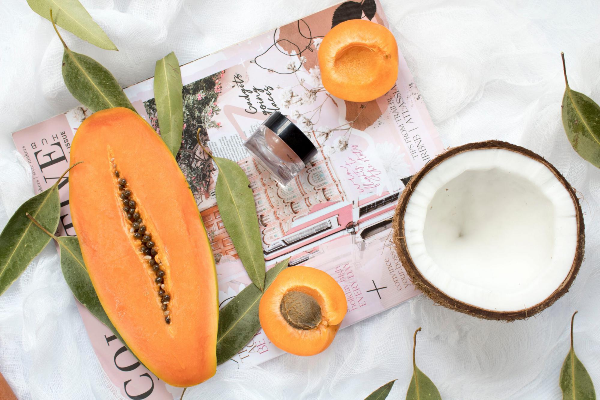 フルーツと保湿用の化粧品