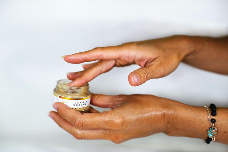 保湿クリームを塗る女性の手